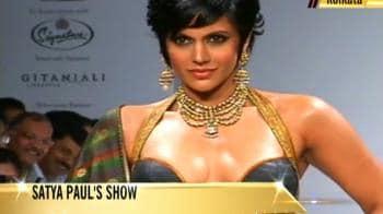 Video : Mandira Bedi sizzles on the ramp