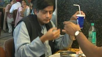 Video : Tharoor tweet not sweet, says Congress