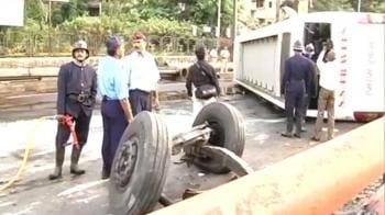 Video : Tourist bus falls off flyover