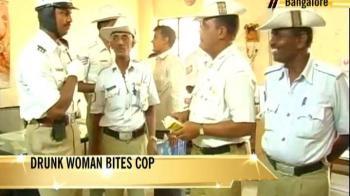 Video : Bangalore: Drunk Iranian women beat up cop